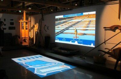 Projection double-écran décrivant le fonctionnement d'une saline au Musée des marais salants (Batz-sur-Mer) © Drôle de trame