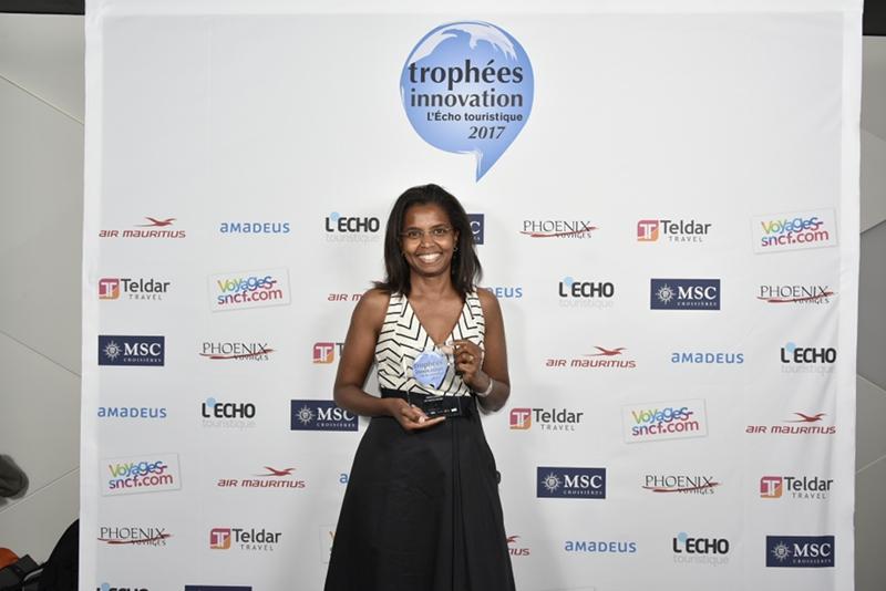 Odile Dussaucy de Mes Sorties Culture, recevant le Trophée de l'innovation 2017, dans la catégorie « services clients » . ©Alexandre Nestora